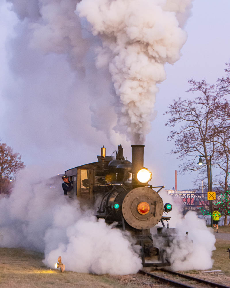 Steam engine coming in with clear skies